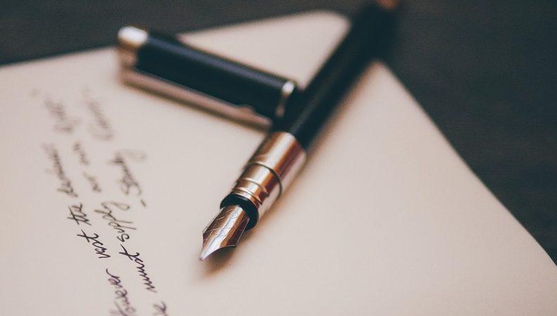 geöffneter Füller schwarz auf Briefpapier